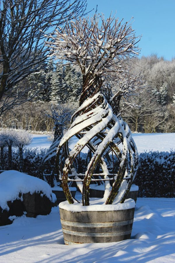 Pileskulptur med sne på